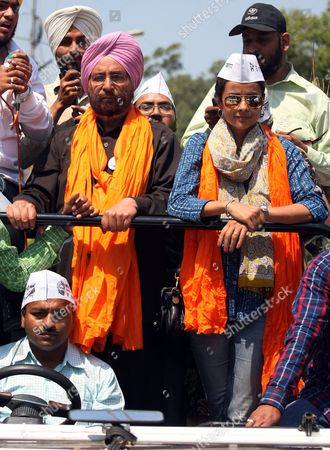 Indian Actress and Aam Aadmi Party's (aap) Candidate From Chandigarh Gul Panag (r Front) Campaigns For Aap Candidate For the Upcoming Parliamentary Elections From Amritsar Daljit Singh (2-l Front) During a Roadshow in Amritsar India 19 April 2014 Parliamentary Elections Are Scheduled to Be Held on 30 April in the State of Punjab India Amritsar