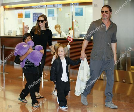 Us Actress Angelina Jolie (l) and Us Actor Brad Pitt (r) Arrive with Their Children Pax Thien Shiloh (hidden) and Knox Jolie-pitt at Tokyo International Airport at Haneda in Tokyo Japan 28 July 2013 Pitt is in Japan with His Family to Promote His Latest Movie 'World War Z' Japan Tokyo