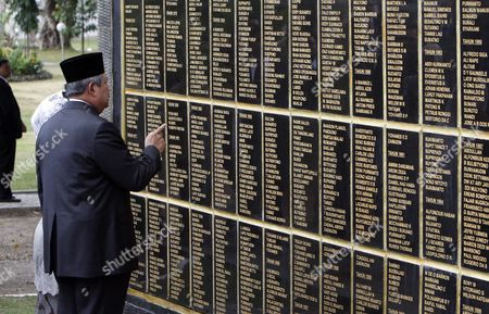 Indonesia's President Susilo Bambang Yudhoyono Accompanied by His Wife Ani Yudhoyono (back L) Looks at Names on a Memorial Wall During His Visit at Seroja Heroes Cemetery in Dili East Timor 25 August 2014 Yudhoyono is in a Three-day Visit to Tighten Bilateral Relationship Between Indonesia and East Timor Also Known As Timor Leste East Timor Dili