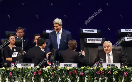 Us Secretary of State John Kerry (c) Meets Japanese Minister of Economy Yosuke Takagi (front - L) Leading Israeli Businessman and Knesset Member Yair Shamir (front - R) and Netherlands Minister of Foreign Trade Simon Smits (front - C) During the Opening Day of the Vibrant Gujarat Summit (vgs) 2015 in Gandhinagar India 11 January 2015 Kerry Attended an Investment Conference in India to Boost Bilateral Business and Trade Ties Ahead of Us President Barack Obama's Visit to the South Asian Country Later in January India Gandhinagar