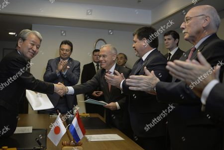 Stock Image of Paraguayan Finance Minister German Rojas (c) Shakes Hands with Japan International Cooperation Agency (jica) President Akihiko Tanaka (l) As Paraguayan President Horacio Cartes (2-r) and Foreign Minister Eladio Loizaga (r) Applaud After They Signed an Official Development Agreement (oda) in Tokyo Japan 24 June 2014 Jica and Paraguay Signed a Japanese Oda Loan Agreement Cartes is Currently on a Four-day Visit to Japan Japan Tokyo