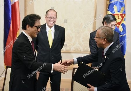 Philippine President Benigno Aquino Iii (2nd L) and Philippine Ambassador to Japan Manuel M Lopez (hidden) As Japan External Trade Organization (jetro) Chairman Hiroyuki Ishige (l) and Philippine Secretary of Trade and Industry Gregory Domingo (r) Shake Hands During a Signing Ceremony in Tokyo Japan 02 June 2015 the Dti and Jetro Signed a Memorandum of Cooperation Between the Two Countries Japan Tokyo