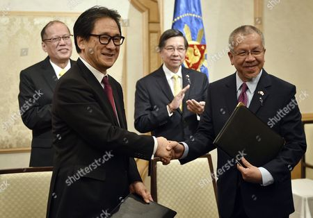 Philippine President Benigno Aquino Iii (l) and Philippine Ambassador to Japan Manuel M Lopez (2nd R) Applaud As Japan External Trade Organization (jetro) Chairman Hiroyuki Ishige (2nd L) Shakes Hands with Philippine Secretary of Trade and Industry Gregory Domingo (r) During a Signing Ceremony in Tokyo Japan 02 June 2015 the Dti and Jetro Signed a Memorandum of Cooperation Between the Two Countries Japan Tokyo