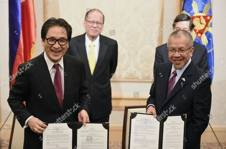 Philippine President Benigno Aquino Iii (2nd L) and Philippine Ambassador to Japan Manuel M Lopez (hidden) As Japan External Trade Organization (jetro) Chairman Hiroyuki Ishige (l) and Philippine Secretary of Trade and Industry Gregory Domingo (r) Present Signed Documents During a Signing Ceremony in Tokyo Japan 02 June 2015 the Dti and Jetro Signed a Memorandum of Cooperation Between the Two Countries Japan Tokyo