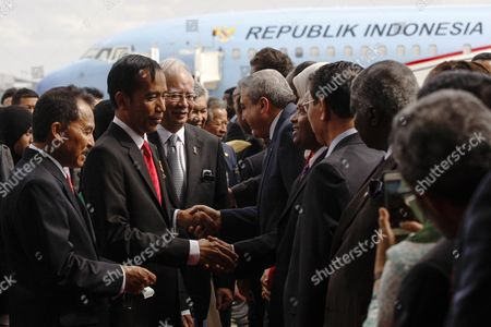 The President of the Republic of Indonesia Joko Widodo (2-l) and Malaysia's Prime Minister Najib Razak (2-l) Shake Hands with Diplomats at the Bunga Raya Lounge of the Kuala Lumpur International Airport in Sepang Malaysia 05 Febuary 2015 Joko Widodo is on a Three-day Visit to Malaysia From 05 to 07 Febuary by Invitation of His Majesty the Yang Di-pertuan Agong the King of Malaysia This Will Be His First Bilateral Visit to Malaysia Following His Appointment As the President of Republic of Indonesia Malaysia Sepang