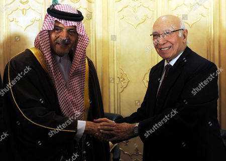 Saudi Foreign Minister Prince Saud Al Faisal (l) Shakes Hands with Pakistani Foreign Minister Sartaj Aziz (r) After a Joint News Conference in Islamabad Pakistan 07 January 2014 Saud Al Faisal is on a Two-day Official Visit to Pakistan to Discuss Issues of Mutual Interest and Regional Security Pakistan Islamabad