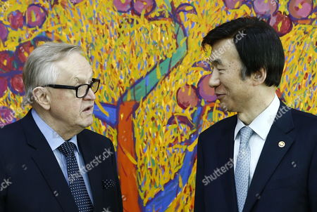Former President of Finland Martti Ahtisaari (l) Talks with South Korean Foreign Minister Yun Byung-se (r) Prior to Their Meeting at the Ministry of Foreign Affairs in Seoul South Korea 13 March 2015 Korea, Republic of Seoul