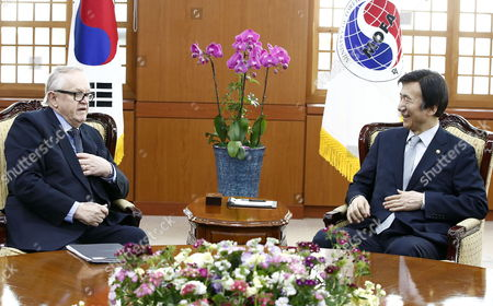 Former President of Finland Martti Ahtisaari (l) Talks with South Korean Foreign Minister Yun Byung-se (r) During Their Meeting at the Ministry of Foreign Affairs in Seoul South Korea 13 March 2015 Korea, Republic of Seoul