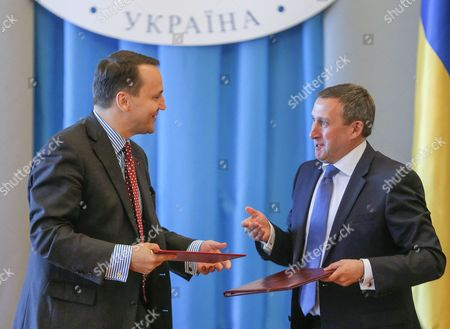 Polish Foreign Minister Radoslaw Sikorski (l) and Ukrainian Foreign Minister Andrii Deshchytsia (r) Exchange Documents During the Annual Polish-ukrainian Foreign Ministry Consultations in Kiev Ukraine 16 May 2016 the Ministers Were Signing an Agreement on Cooperation Between Their Ministries For the Years 2014-2015 Which Includes Political Consultations of Representatives of the Weimar Triangle and the Visegrad Group Countries with the Ukrainian Authorities As Well As Regular Meetings of Polish and Ukrainian Foreign Ministers and Organizing Training Seminars For Ukrainian Diplomats Ukraine Kiev