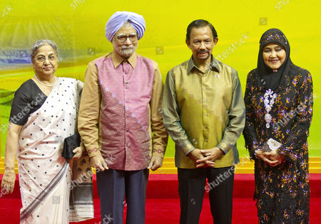 India Prime Minister Manmohan Singh (2-l) and His Wife Gursharan Kaur (l) Pose For Family Photo with Brunei's Sultan Hassanal Bolkiah (2-r) and His Wife Queen Saleha (r) Prior the Gala Dinner of the 23rd Asean Summit and Related Summits at the International Convention Center in Bandar Seri Begawan Brunei Darussalam 09 October 2013 Brunei is Hosting the Summit of 10-member Asean Nations a Meeting Between Asean Member Countries and Its Three Dialogue Partners Also a Meeting of the East Asia Summit (eas) Forum Aimed to Strengthen Political Cultural and Discuss the Solution of Global Economic Brunei Darussalam Bandar Seri Begawan