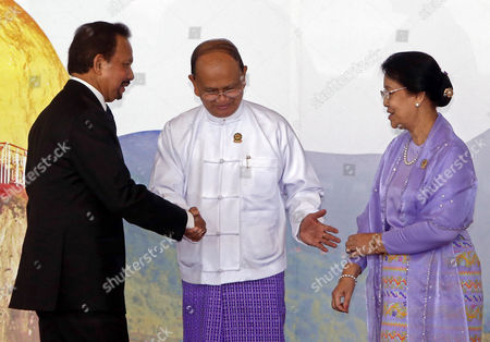 Brunei Darussalam King Sultan Haji Hassanal Bolkiah Muizzadinwadoula Talks to Myanmar President Thein Sein (2r) and His Wife Khin Khin Win (r) After They Pose to Journalists During the 25th Association of South East Asian Nations (asean) Summit at the Myanmar International Convention Center in Naypyitaw Myanmar 12 November 2014 Myanmar Naypyitaw