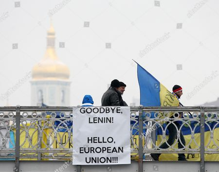People Cross a Bridge During on Their Way to a Protest Rally on Independence Square in Kiev Ukraine 16 December 2013 As Ukrainian President Viktor Yanukovych and Leaders of Ukrainian Opposition Participated in a Round Table Event to Discuss Public Proposals Aimed at Achieving Political Stability Public Peace and Tranquility in Ukraine the Mass Demonstrations in Kiev Continued with Up to 20 000 Anti-government Protesters Reinforcing Barricades Emboldened by Police Assurances That They Would not Be Cleared by Force Ukraine Hopes to Continue Work on an Association Deal with the European Union a Spokesman For Prime Minister Nikolai Azarov Said 15 December an Eu Official Blamed Ukrainian Dissembling As He Announced That an Association Agreement with Ukraine was 'On Hold ' As Pro- and Anti-government Protesters Massed in Kiev Amid Questions About the Country's Future Ties to the West and Russia Ukraine Kiev