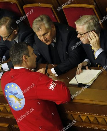 World Heavyweight Boxing Champion and Leader of the 'Udar' (punch) Party Vitaliy Klitschko (l) Speaks with Former Polish President Aleksander Kwasniewski (c) and Former President of the European Parliament Pat Cox (rigbht) During a Session of the Ukrainian Parliament in Kiev Ukraine 21 November 2013 the Parliament Failed to Adopt the Bill Which For Jailed Opposition Leader Julia Tymoshenko Lawmakers Planned Accept a Bill Which Would Allow Tymoshenko to Get Medical Treatment in Germany and was Necessary For Guaranteeing a Trade Deal with the Eu Ukraine Kiev