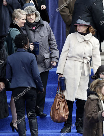 Us Actress Susan Sarandon (r) and Us Actress Cynthia Nixon (l) and Her Wife Christine Marinoni Are Seen Before the Swearing-in Ceremony For New York City Mayor Bill De Blasio As Mayor-elect on the Steps of City Hall in New York Usa 01 January 2014 De Blasio was Sworn in As the 109th Mayor of New York City on Wednesday Becoming the First Democrat to Occupy City Hall in More Than Two Decades While Vowing to Pursue a Sweeping Liberal Agenda For the Nation's Largest City United States New York
