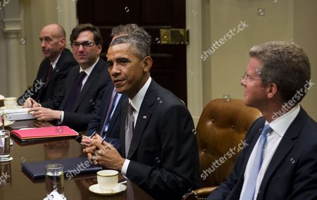 Us President Barack Obama with White House Counsel Neil Eggleston (l) Chairman of the Council of Economic Advisers Jason Furman (2-l) and Director of the Office of Management and Budget Shaun Donovan (r) Hosts a Meeting with Administration Officials and Financial Regulators About Wall Street Reform in the Roosevelt Room of the White House in Washington Dc Usa 06 October 2014 United States Washington