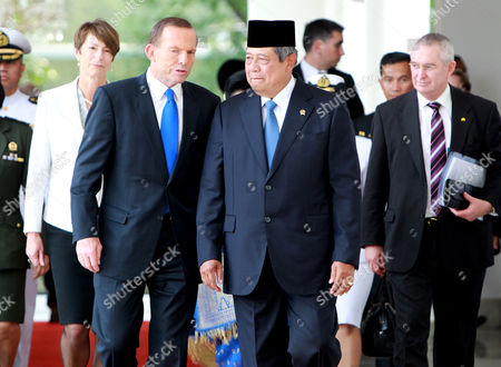 Australian Prime Minister Tony Abbott (2-l) Accompanied by His Wive Margie Abbott (l) Talks to Indonesian President Susilo Bambang Yudhoyono (c) During His Arrival at the Presidential Palace in Jakarta Indonesia 30 September 2013 Abbott Arrived in Jakarta where He was Expected to Raise the Vexed Issue of Boat People with Indonesian President Yudhoyono in His First Overseas Trip Since Taking Office This Month Indonesia Jakarta