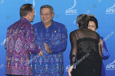 Australian Prime Minister Tony Abbott (l) and Spouse Margaret Aitken (2r) is Greeted by Indonesia's President Susilo Bambang Yudhoyono (2l) and Spouse Ani Yudhoyono (r) During the Gala Dinner at the Asia-pacific Economic Cooperation (apec) Ceo Summit in Nusa Dua Bali Indonesia 07 October 2013 Indonesia's Resort Island of Bali is Hosting the Apec Summit From 01- 08 October 2013 Indonesia Nusa Dua