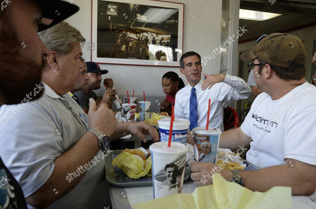 Los Angeles Mayoral Candidate Gil Garcetti Lunches with Students From the Van Nuys Aviation Mechanic School at Tommy's Hamburger in the San Fernando Valley Neighborhood of North Hills During a Special Run-off Mayoral Election in Los Angeles California Usa 21 May 2013 Garcetti is in a Close Race with Fellow Democratic Candidate Wendy Greuel United States West Hills