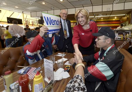 Los Angeles Mayoral Candidate Wendy Greuel (2r) Meets Diners During a Campaign Stop at Langer's Delicatessen-restaurant in Los Angeles California Usa 21 May 2013 Greuel is Locked in a Close Race with Fellow Democratic Candidate Eric Garcetti in the Mayoral Run-off Election United States Los Angeles