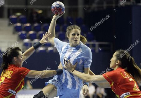 Amelia Belotti of Argentina (centre) Tries to Score Past Beatriz Fernandez (left) and Lara Gonzalez (right) of Spain During the Match Between Spain and Argentina at the Women Handball World Championship in Zrenjanin Serbia 10 December 2013 Serbia and Montenegro Zrenjanin