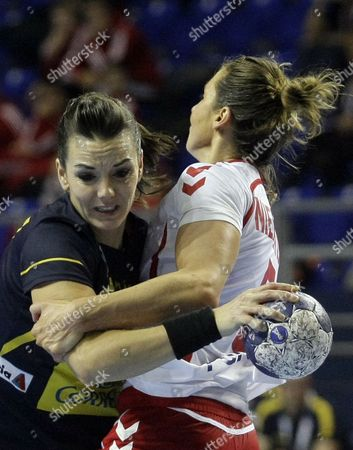 Beatriz Fernandez (l) of Spain Vies For the Ball with Iwona Niedzwiedz of Poland During the Match Between Spain and Poland at the Women Handball World Championship in Zrenjanin Serbia 09 December 2013 Serbia and Montenegro Zrenjanin