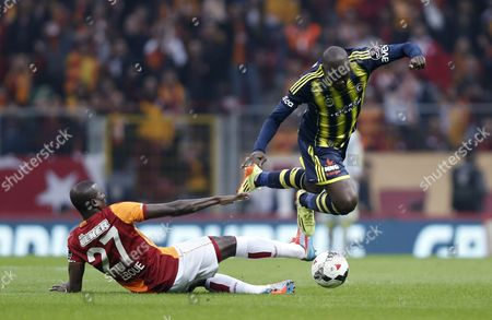 Fenerbahce's Moussa Sow (r) Fights For Ball Against Galatasaray's Emmanuel Eboue During the Turkish Super League Derby Match Between Galatasaray Vs Fenerbahce in Istanbul Turkey 06 April 2014 Turkey Istanbul