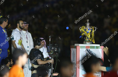 Al Nassr Player Mohammad Al Sahlawi (2-l) Looks at the Trophy of the Saudi Professional League During a Ceremony at King Fahd International Stadium Riyadh Saudi Arabia 15 May 2015 Saudi Arabia Riyadh