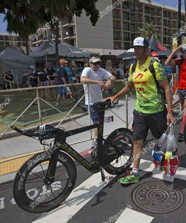 Chris Mcdonald of the Usa Approaches the Bike Check in at the Kailua Pier Transition Area During the Ironman World Championship Being Held at Kailua-kona Hawaii Usa 10 October 2014 the Ironman Competition Challenges Competitors with a 3 9 Km Swim Followed by a 180 Km Bike Ride and Finished with a Marathon (42 195 Km) Run United States Kailua-kona