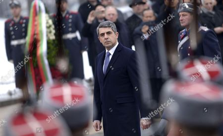 Outgoing Bulgarian President Rosen Plevneliev reviews the guard of honour