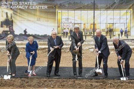 Us Secretary of State John Kerry (3-r) is Joined by Five Former Us Secretaries of State (l to R) Hillary Clinton Madeleine Albright Henry Kissinger James Baker and Colin Powell at the Groundbreaking Ceremony For the Us Diplomacy Center in Washington Dc Usa 03 September 2014 Us Secretary of State John Kerry was Joined by Five Former Us Secretaries of State For the Reception and Groundbreaking of the Us Diplomacy Center Which Has the Mission of Demonstrating the Ways That Diplomacy Has Mattered Throughout Us History United States Washington