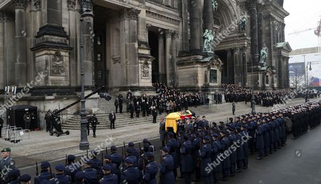 Members of the military carry the coffin with the late former German president Roman Herzog from the Berlin Cathedral for the military farewell ceremony following the state funeral ceremony in Berlin, Germany, 24 January 2017. Herzog died on 10 January 2017 at the age of 82.
