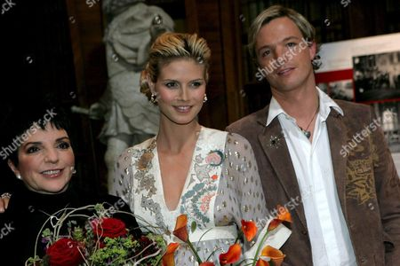 From L-r Oscar Winner Us Actress Liza Minelli German Supermodel Heidi Klum and Markus Langes-swarovski Pose For Photos During the Press Conference on 13th Vienna Life Ball 21 May 2005 Austria Vienna