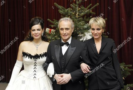 (l-r) Russian Opera Singer Natalia Ushakova Spanish Star Tenor Jose Carreras and French Singer Patricia Kaas Pose For Photographers After the Concert 'Best of Christmas' in the City Hall in Vienna Austria 10 December 2010 Austria Vienna