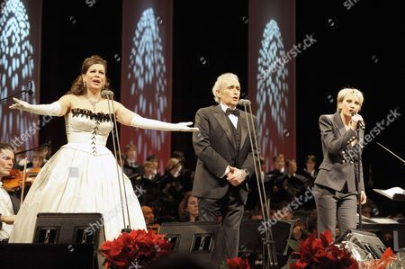 (l-r) Russian Opera Singer Natalia Ushakova Spanish Star Tenor Jose Carreras and French Singer Patricia Kaas Perform During the Concert 'Best of Christmas' in the City Hall in Vienna Austria 10 December 2010 Austria Vienna