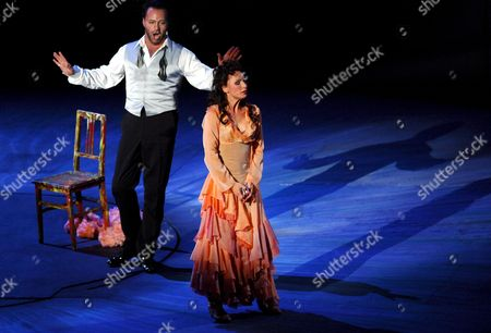 Nadja Michael (r) in the Role of 'Tosca' and Gidon Saks As 'Scarpia' During the Rehearsal of Giacomo Puccini's Opera 'Tosca' on on the Floating Stage on Lake Constance at the Bregenz Festival 2007 Bregenz Austria 13 July 2007 the Premiere is Scheduled on 19 July Austria Bregenz
