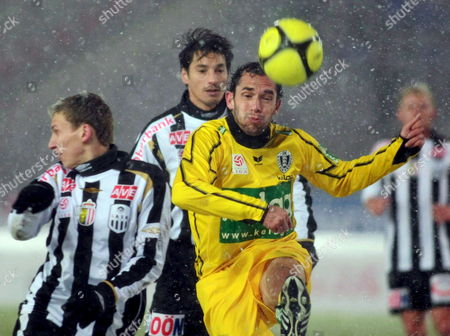 Christian Prawda (r) of Kaernten Struggles For the Ball with Florian Klein (l) and Ivica Vastic of Lask During the Austrian Tipp3-bundesliga Soccer Match Lask Vs Austria Kaernten 22 November 2008 in Linz Austria Linz