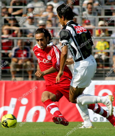 Christopher Karimi (l) of Fc Bayern Munich Vies with Ivica Vastic (r) of Lask Linz During a Friendly Soccer Match on Saturday 23 July 2006 in Linz Austria Linz