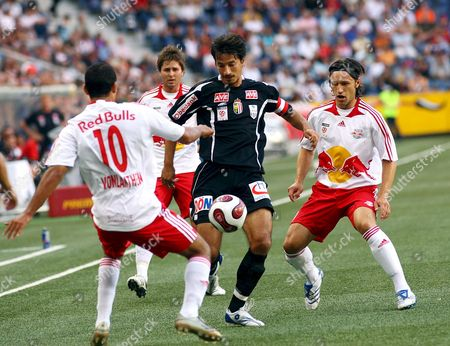 Lask Linz's Ivica Vastic (c) Struggles For the Ball with Red Bull Salzburg's Johan Vonlanthen (l) and Niko Kovac (r) During Their T-mobile Bundesliga Soccer Match in Salzburg Austria 28 July 2007 Austria Salzburg