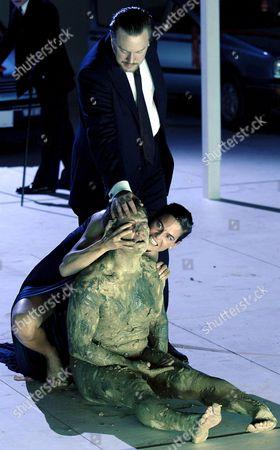 Apagin02 - 09082005 - Hallein- Oesterreich: Salzburger Festspiele 2005: Tobias Moretti (sitzend Primislaus Ottokar) Nicholas Ofczarek (stehend Zawisch Von Rosenberg) Und Bibiana Beglau (m Kunigunde Von Massovien) Waehrend Der Fotoprobe Zu Franz Grillparzers Trauerspiel in 5 Akten 'Koenig Ottokars Glueck Und Ende' Am Samstag 6 August 2005 Premiere War Am Montag 8 August 2005 Im Rahmen Der Salzburger Festspiele Auf Der Perner-insel in Hallein Apa-foto:barbara Gindl Austria Hallein