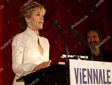 Us Actress Jane Fonda Speaks During the Opening Gala of the Vienna International Film Festival (viennale) 2007 at the Gartenbaukino in Vienna Austria 19 October 2007 As Viennale Festival Direktor Hans Hurch (r) Listens the Viennale Rums From 19 to 31 October Austria Vienna