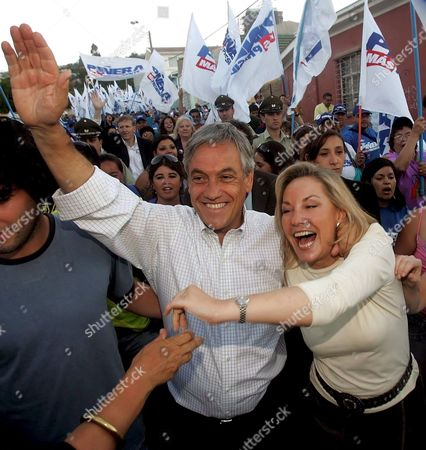 Chilean Presidential Hopeful Sebastian Pinera (c) From the National Renovation Party (rn) Greets His Followers with His Wife Cecilia Morel During the Closing Campaign Act in Valparaiso 120 Km From Santiago De Chile Thursday 12 January 2006 Bachelet who Leads the Polls Will Face Conservative Sebastian Pinera on Sunday's Run-off Election Chile Valparaiso