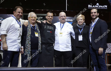 Spanish chef David Munoz (3-L), owner of the StreetXo restaurant in London, poses with his colleagues (L-R) Martin Berasategui, Juan Mari Arzak, Pedro Subijana, Susi Diaz and Mario Sandoval at the end of his master class entitled 'New Horizons' on the second day of Madrid Fusion Gastronomy Forum in Madrid, Spain, 24 January 2017. The gastronomy event runs from 23 to 25 January.