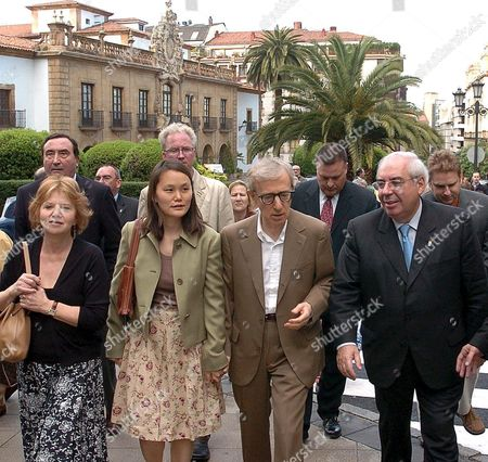 Us Film Maker Woody Allen (2r) and His Wife Soon Yi (2l) Are Welcomed by the President of Asturias Region Vicente Alvarez Areces (r) As They Arrive at Oviedo City Asturias Region Northern Spain Friday 13 May 2005 Allen who was Awared the 'Principe De Asturias' of Arts in 2002 is in Oviedo to Participate in the Events to Mark the Xxv Aniversary of the 'Principe De Asturias' Foundation the Film Director is Giving a Conference About the Future of Cinema in Oviedo City Tomorrow Spain Oviedo