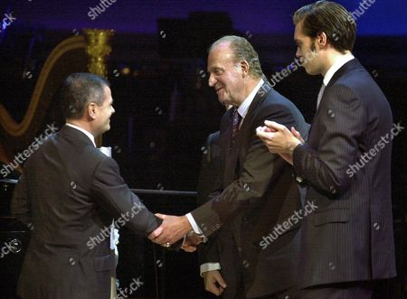 Spanish King Juan Carlos Shakes Hands with Director of Italian Newspaper 'La Repubblica' Ezio Mauro (l) in Presence of Vicep Resident of Communications Group Zeta Antonio Asensio Mosbah Jr (r) After Presenting the 'Antonio Asensio' Journalism Award to Mauro in Barcelona 20 November 2003 the Award is Named After Mosbah's Father Spain Barcelona