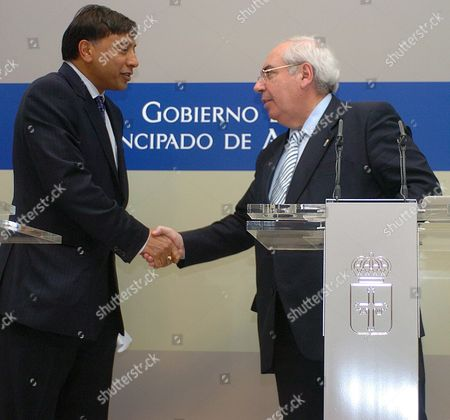 Chairman of Mittal Stell Group Lakshmi Mittal (l) Shakes Hands with the President of Asturias Regional Goverment Vicente Alvarez Areces During the Press Conference After Their Meeting in Oviedo Asturias Northern Spain Tuesday 04 April 2006 After Anglo-indian Group Launched a Hostile Takeover Bid Over European Iron and Steel Group Arcelor Spain Oviedo