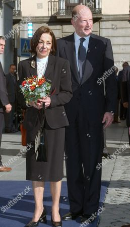 Bulgarian Prime Minister Simeon Saxe-coburg Gotha (r) and His Wife Margarita Gomez-acebo (l) Arrive to Madrid's Town Hall to Receive From Madrid's Mayor Alberto Ruiz-gallardon the Title of Honorary Son of the City Thursday 30 September 2004 Ousted From Bulgaria in 1946 After Soviet Troops Invaded the Country and Abolished the Monarchy Simeon Ii Fled the Country where He Returned in 2001 As Prime Minister After His Newly Formed 'National Alliance Simeon Ii' Party Won the National Elections with 120 Seats in Parliament out of a Total 240 Seats Simeon Saxe-coburg Gotha Lived in Spain From 1952 to 2001 Spain Madrid