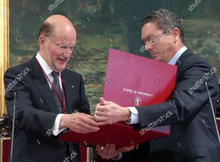 Bulgarian Prime Minister Simeon Saxony-coburg (l) Receives From Madrid's Mayor Alberto Ruiz-gallardon the Title of Honorary Son of the City at Madrid's Town Hall Thursday 30 September 2004 Ousted From Bulgaria in 1946 After Soviet Troops Invaded the Country and Abolished the Monarchy Simeon Ii Fled the Country where He Returned in 2001 As Prime Minister After His Newly Formed 'National Alliance Simeon Ii' Party Won the National Elections with 120 Seats in Parliament out of a Total 240 Seats Simeon Saxony-coburg Lived in Spain From 1952 to 2001 and Married a Spaniard Margarita Gomez-acebo Spain Madrid