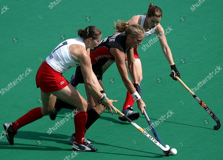 German Player Rinne (c) Fights For the Ball with the England's Helen Grant (l) and Helen Richardson During Their Women's Grass Hockey World Cup Match Disputed on Tuesday 03 October 2006 in Madrid Spain Spain Madrid