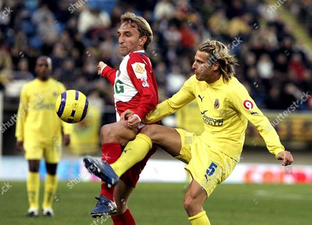Villarreal's Uruguayan Striker Diego Martin Forlan (r) Fights For the Ball with Getafe's Diego Rivas (l) During Their Spanish Primera Division Soccer Match at the Madrigal Stadium in Castellon Sunday 18 December 2005 Spain Villarreal