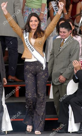 Miss Universe Dominican Amelia Vega Waves Before Arriving to an Ecuadoran Musical Show Besides 'Half of the World' Monument North of Quito 26 Km West From Quito Ecuador where the Imaginary Equinoctial Line Divides the Planet in Two Hemispheres on Tuesday 18 May 2004 Ecuador Quito